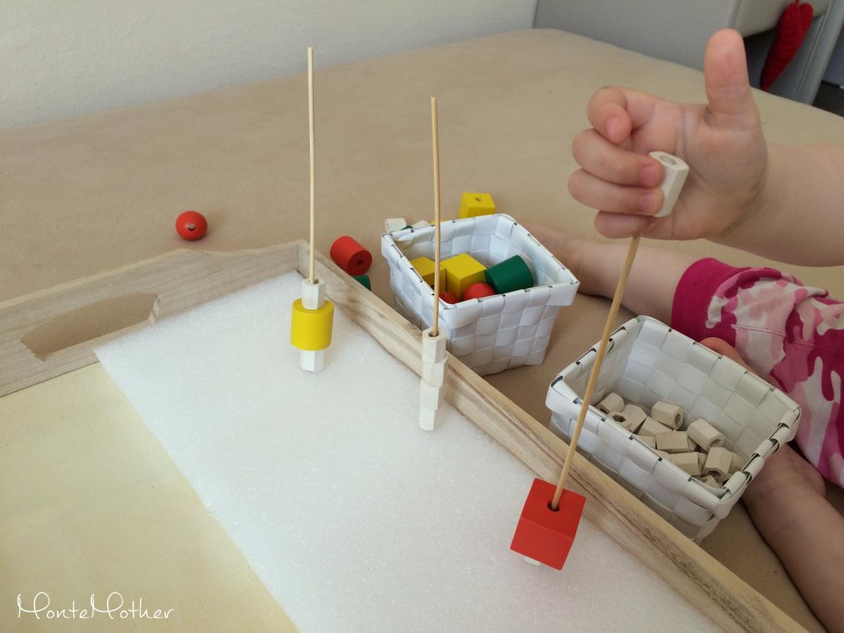 Montessori zastrkovanie a navliekanie - špajdle a korálky