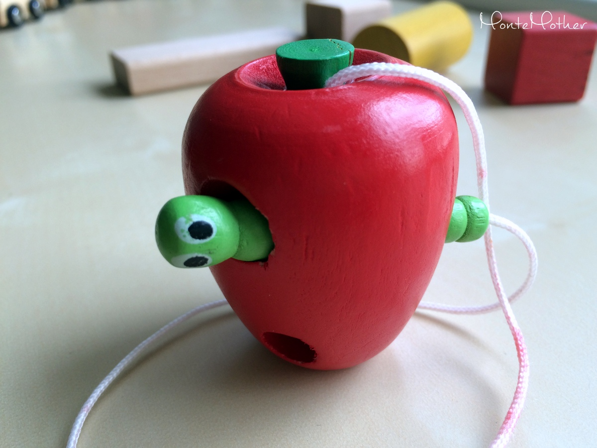 Montessori zastrkovanie a navliekanie - jablcko s cervikom