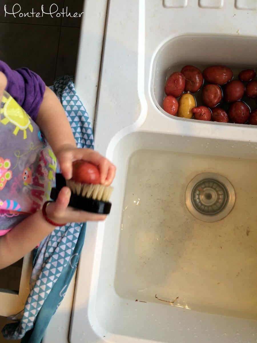 Montessori v kuchyni - cistenie zemiakov s kefkou